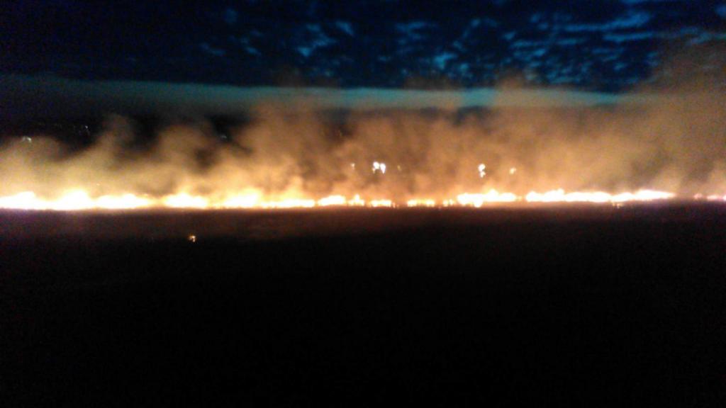 Požár strniště a osobního automobilu